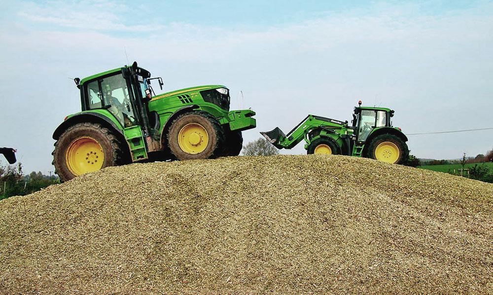 Zwei Traktoren beim jubiläum agrarbetrieb groß grenz