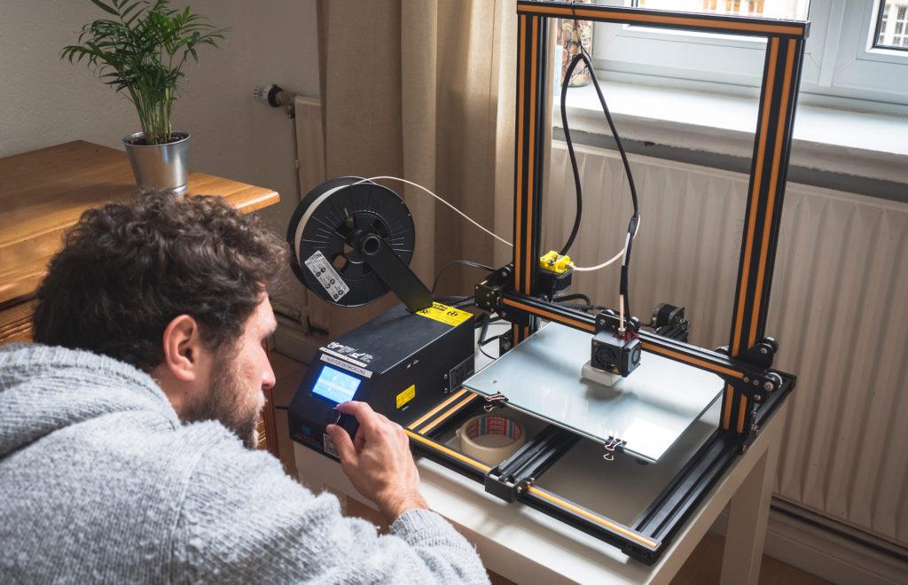MIchel Reifenrath vom Start-up HAIP arbeitet an einem 3-D-Drucker