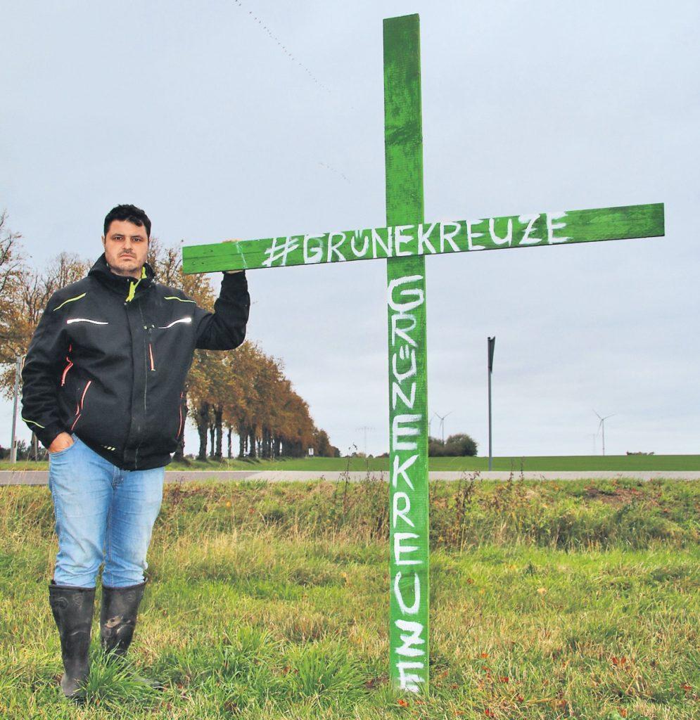 Landwirt René Rempt an jeden grünen Kreuz, das er im September Erstes bundesweit auf einer Wiese bei Grimmen aufgestellt hat