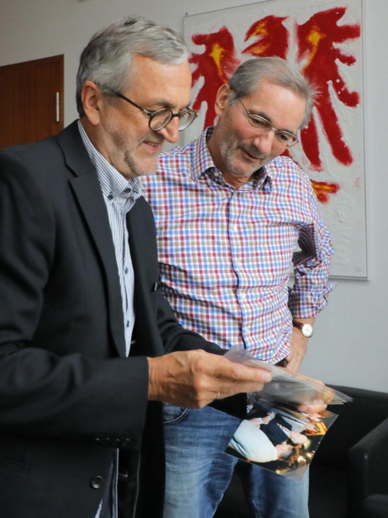 Gemeinsame Fotoschau nach dem Gespräch in der Brandenburger Landesvertretung in Berlin: Matthias Platzeck und Wolfgang Herklotz