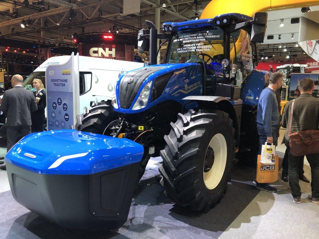 Den ersten serienreifen Traktor, der vollständig mit Methan fährt, zeigt New Holland auf der Agritechnica. Der Kasten an der Front ist ein Zusatztank für den langen Arbeitstag.
