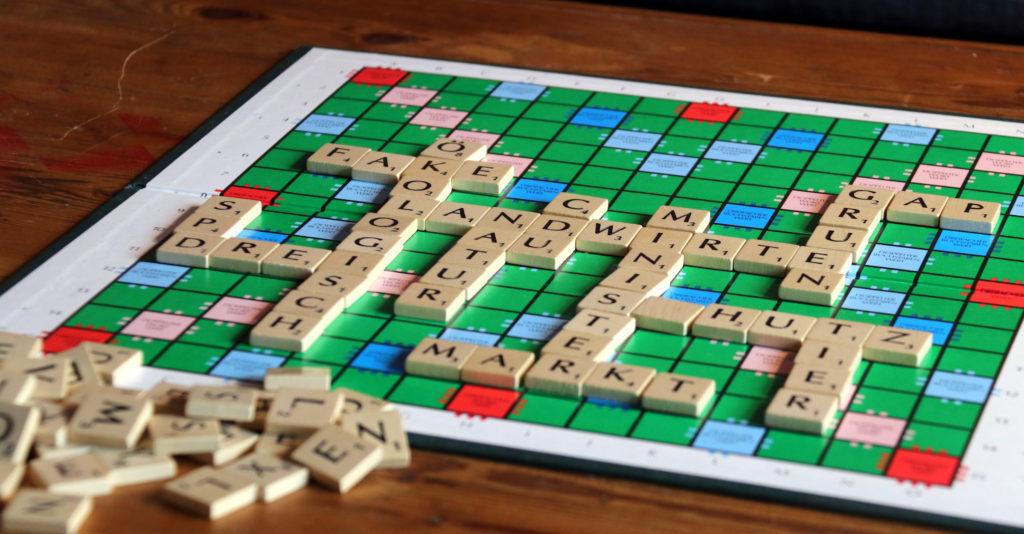 Scrabble-Spiel auf einem Tisch