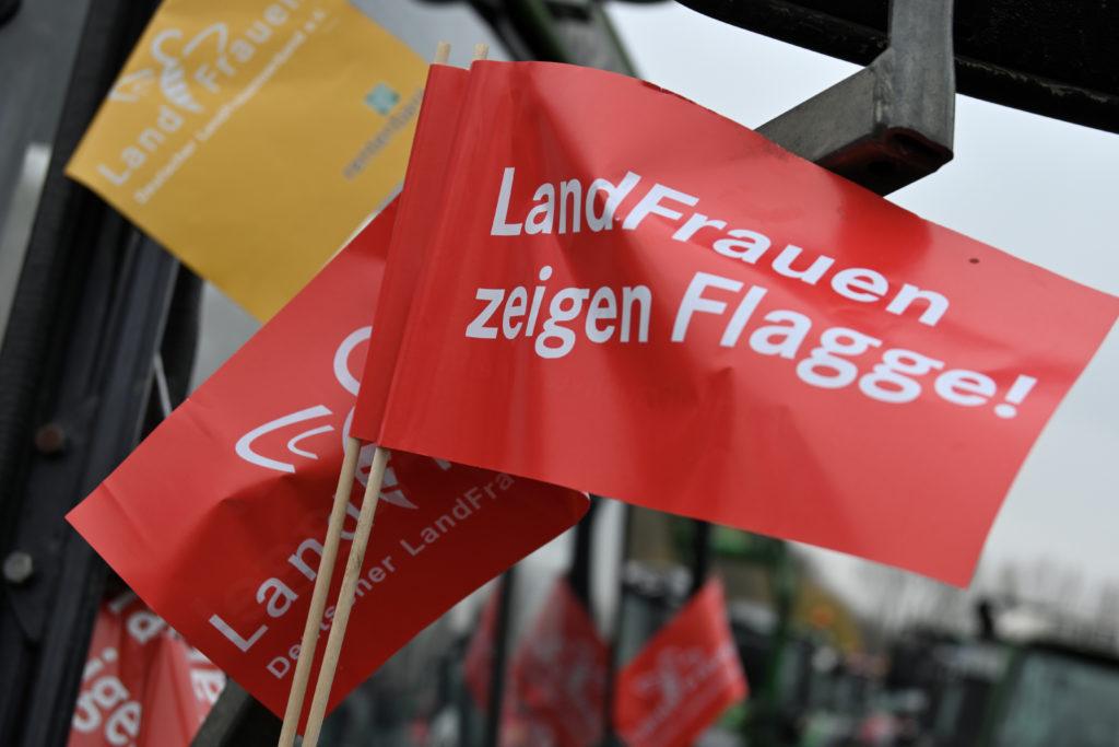Papierfahne mit der Aufschrift, Landfrauen zeigen Flagge. Landwirte protestieren mit Ihren Treckern gegen die Agrarpolitik in Deutschland. Sie treffen sich am Remydamm in Dortmund zu einer Zwischenkundgebung. Treckerdemo in Dortmund, Dortmund Nordrhein-Westfalen Deutschland