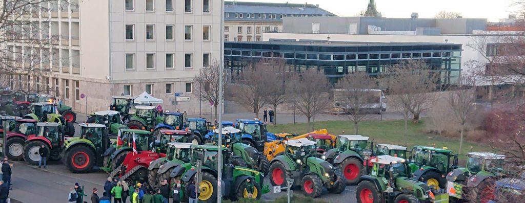 Traktoren bei der Demo vor dem Thüringer Landtag in Erfurt