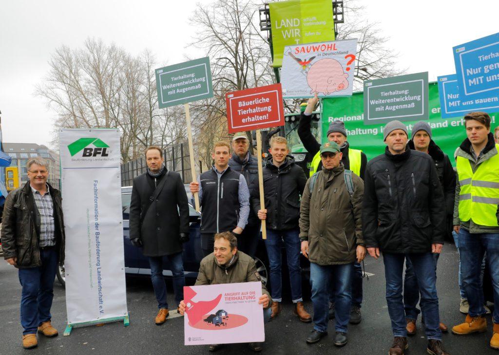 Junge Tierhalter aus Niedersachsen und Schleswig-Holstein fürchten um den Fortbestand der bäuerlichen Tierhaltung. Sie demonstrierten vor dem Bundesrat in Berlin. (c) Sabine Rübensaat