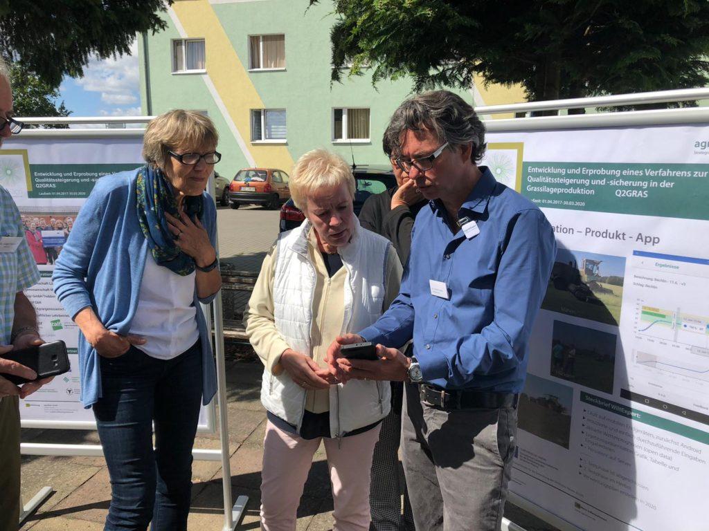 Entwickler Martin Hecker erklärt der Brandenburger Agrarstaatssekretärin Carolin Schilde die Funktion der Silage-App.