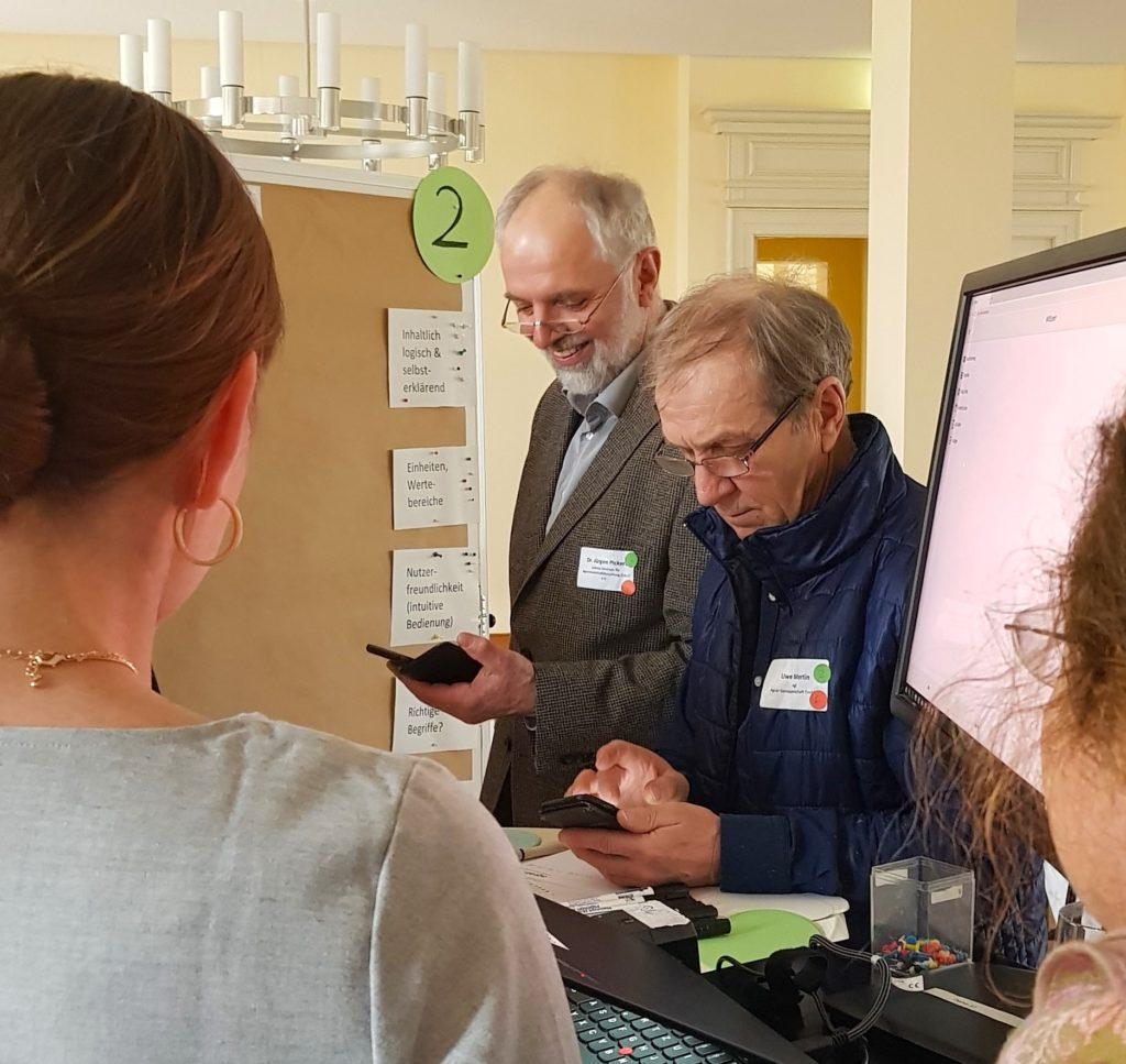 Dr. Jürgen Pickert (Leibniz-Zentrum für Agrarlandschaftsforschung) und Uwe Mertin (Agrar GmbH Trebbin) testen die Silage-App.
