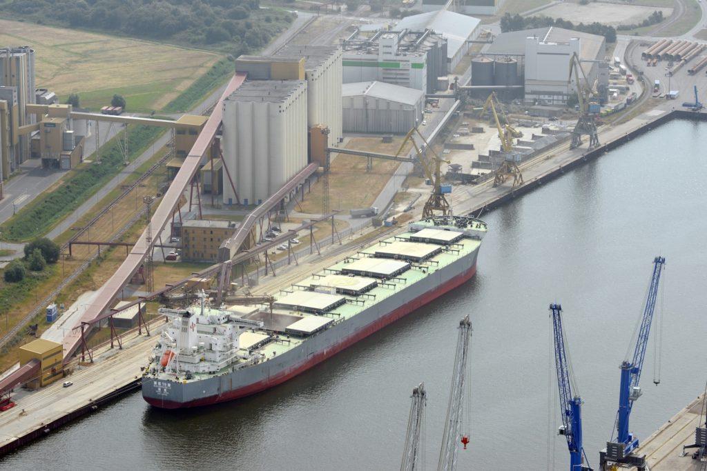 """Im Getreidehafen am Liegeplatz 17 ankert das bisher größte in Rostock beladene Schiff: Die """"Magsenger 19"""" nahm hier im August 2013 rund 95.000 t Gerste auf."""