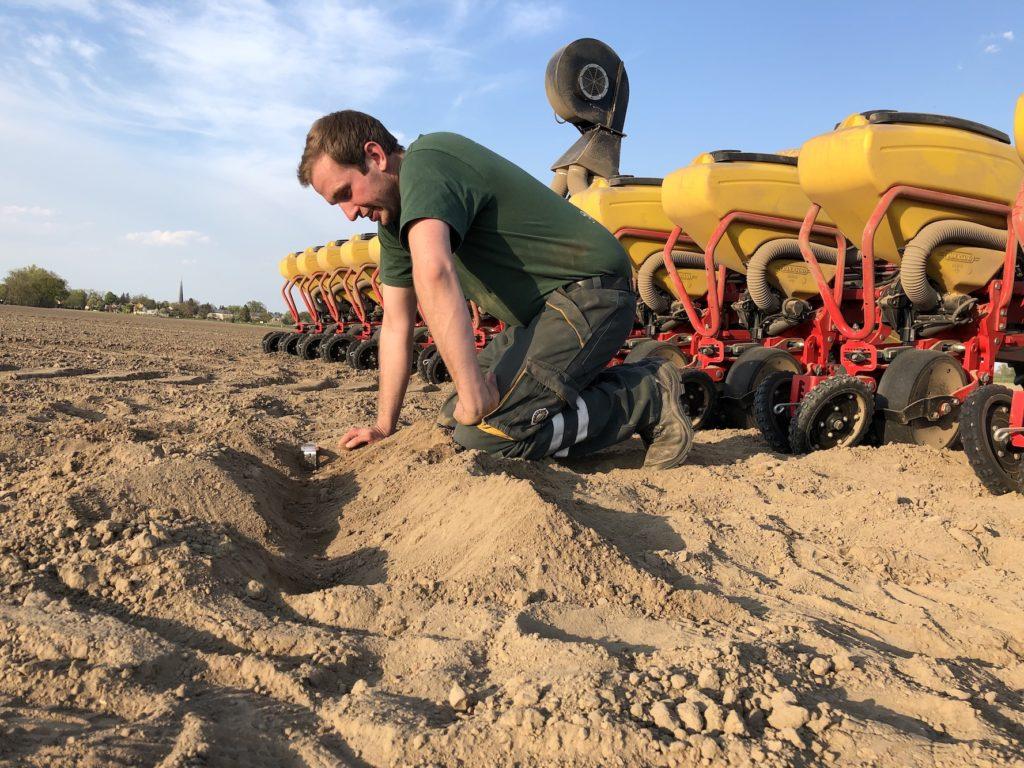 Regelmäßig kontrolliert Jakob Grimmelijkhuizen (l.) die Ablage des Saatgutes. Überlappungen am Vorgewende werden durch Section-Control vermieden.