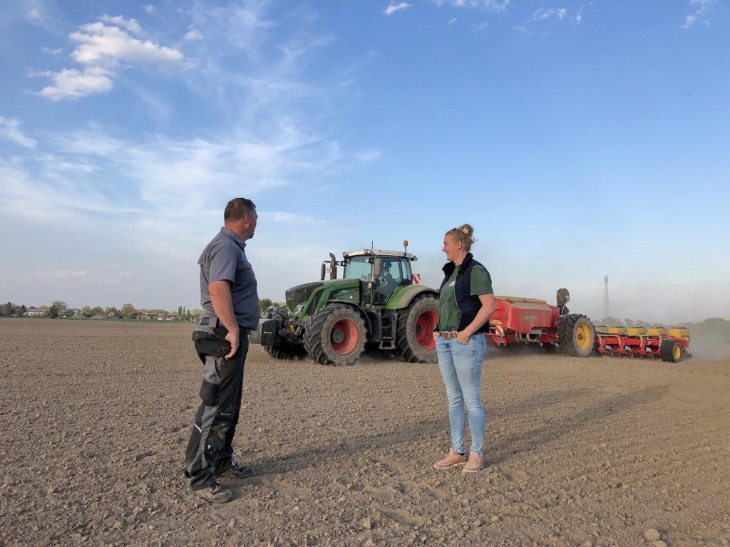 Kunde und Dienstleis- terin im Gespräch. Michael Tretow, stellvertretender Betriebsleiter der Wildberger Agrarbetrie- be, und Kerstin Ackermann.