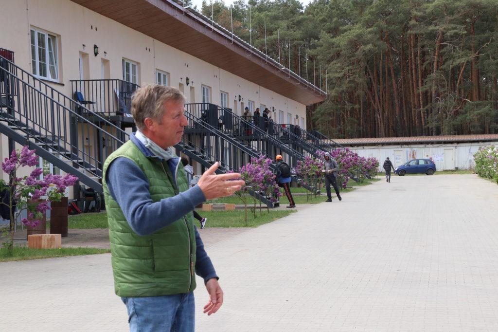 Jürgen Jakobs vor dem Landmotel in Schäpe.