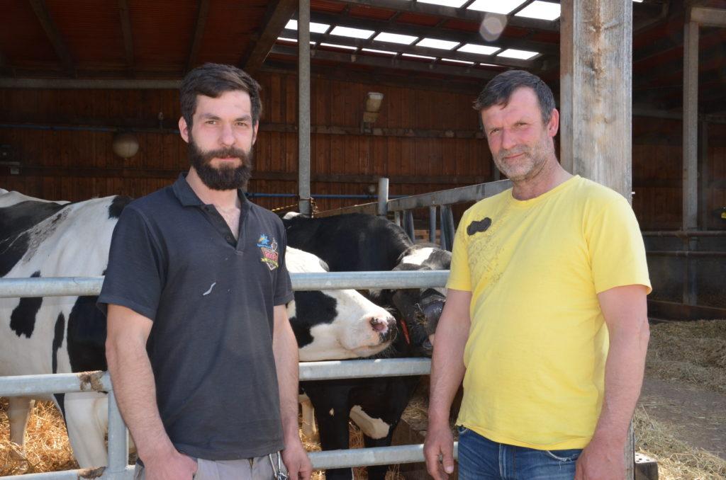 Jörg Schröter (r.) bewirtschaftet den Landwirtschaftsbetrieb gemeinsam mit seinem ältesten Sohn Pascal. (c) Detlef Finger