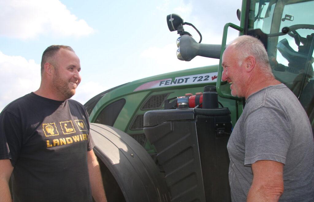 Zwei Mitarbeiter der Agrofarm Lüssow im Gespräch.