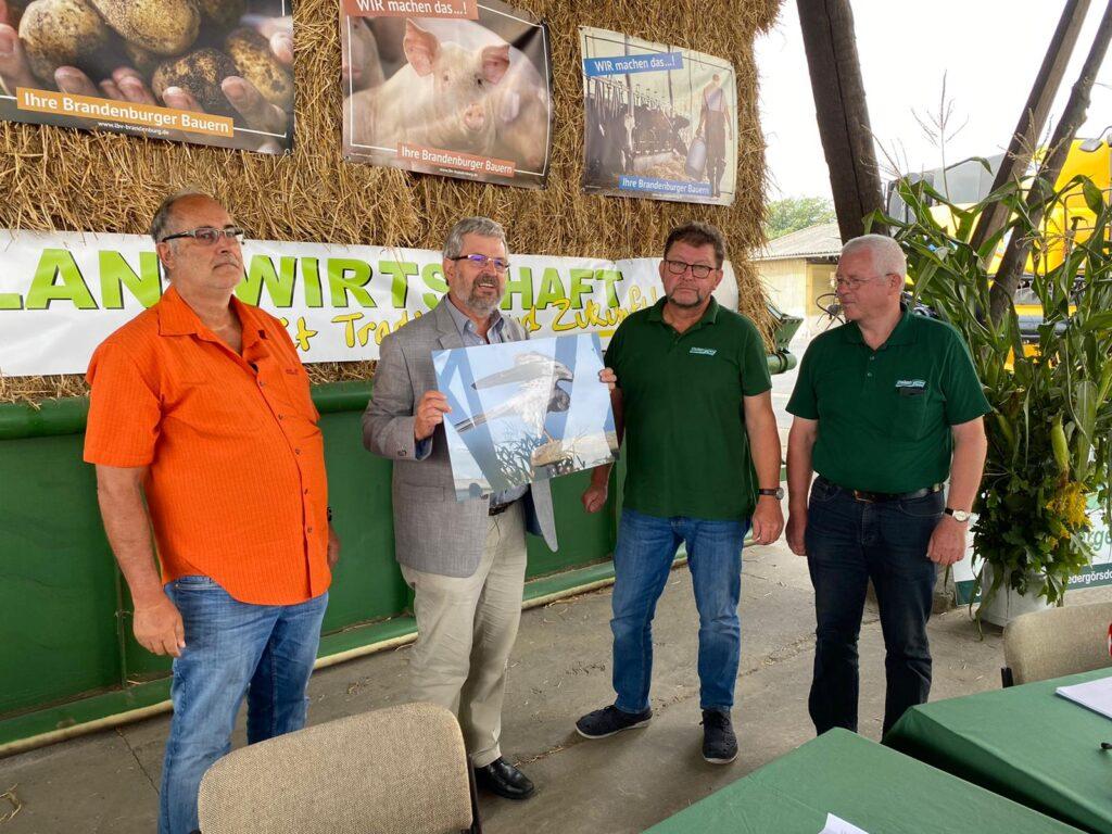 Brandenburgs Landwirtschaftsminister Axel Vogel mit Landwirten auf der Erntepressekonferenz 2020.