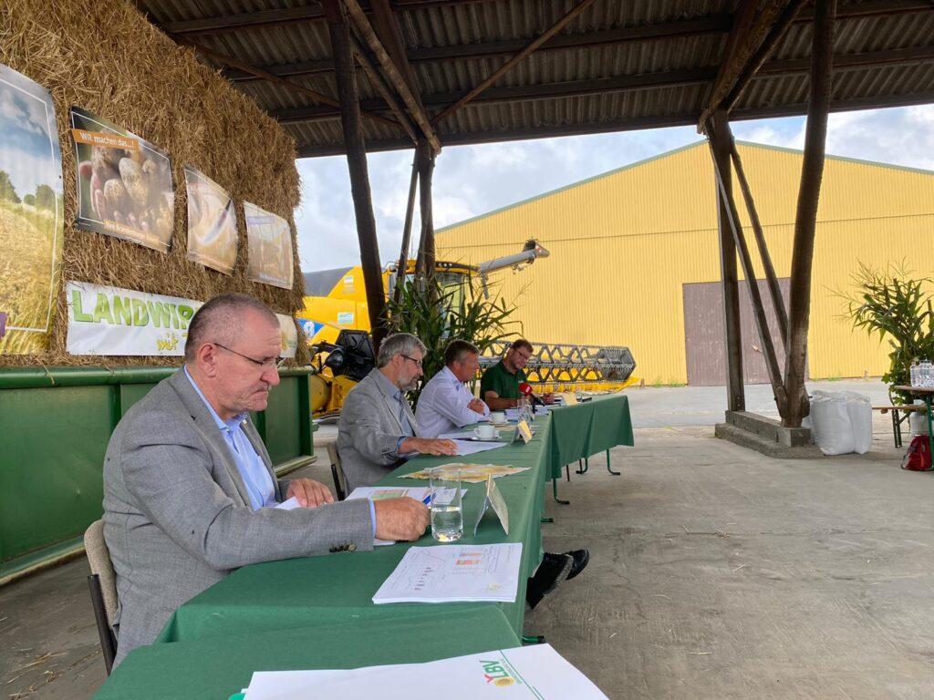 Brandenburgs Bauernpräsident Henrik Wendorff, Agrarminister Axel Vogel und weitere Redner auf der Erntepressekonferenz des LBV Brandenburg 2020.