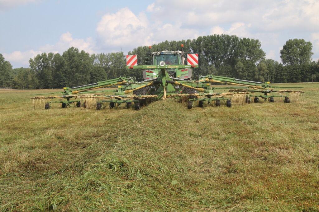 Ein Schwader auf Grünland bei der Futterernte für die Agrofarm Lüssow.