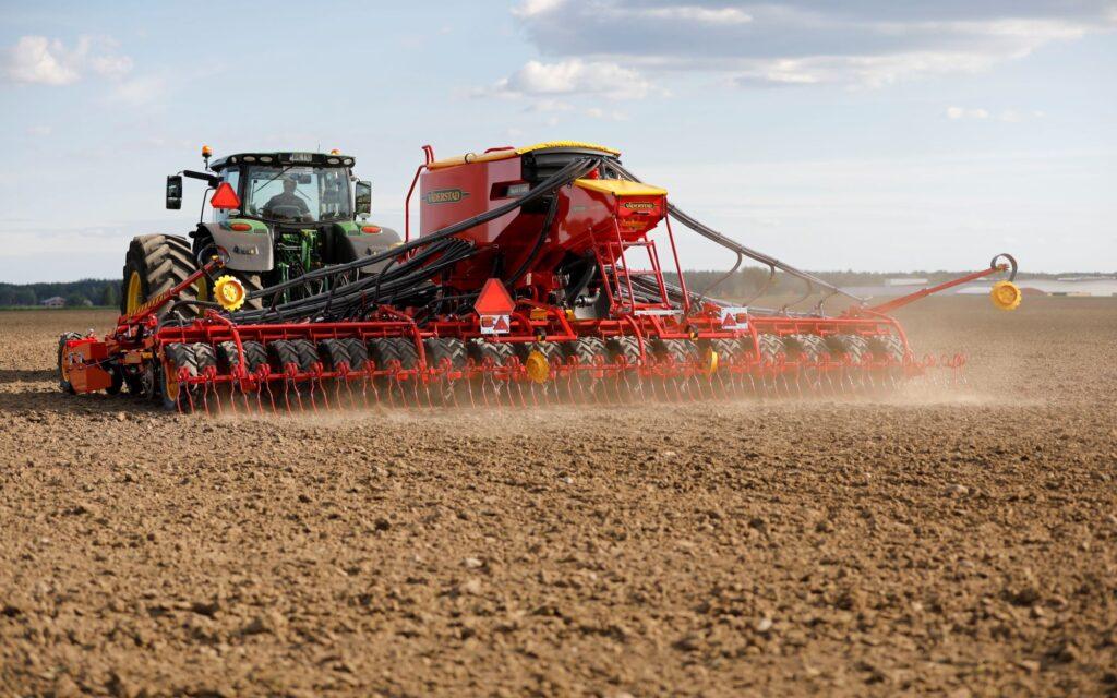 Gleichzeitige Aussaat von Getreide und Feinsämereien-Untersaat auf einem Feld.