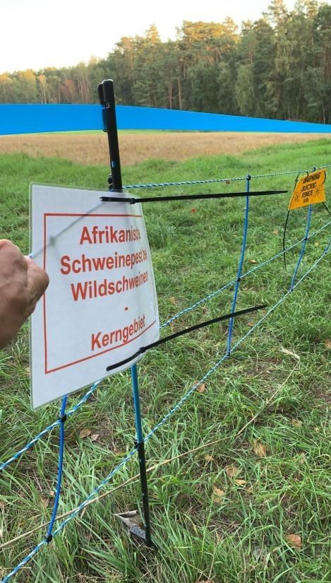 Ein Schild weist auf das Kerngebiet im Inneren des ASP-Zauns hin.