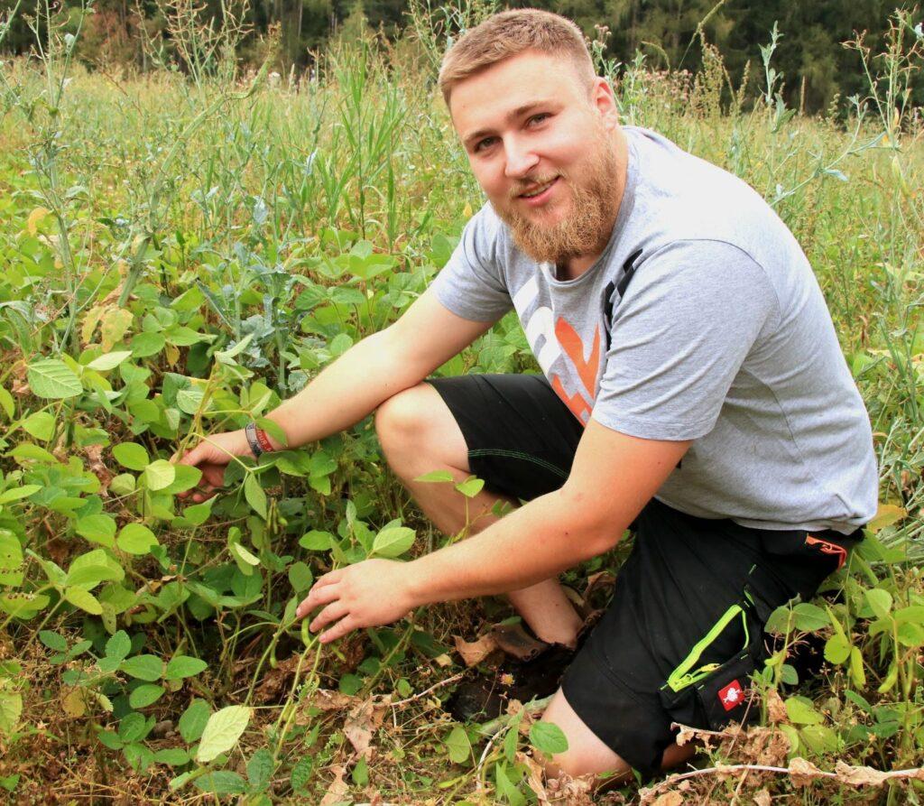 Johann Singer mit seinen Sojabohnenpflanzen.