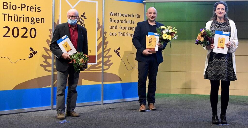 """Preisträger in der Kategorie """"Unverarbeitetes Bioprodukt"""" (v.l.): Bernd Möller (Fleischrind GmbH Oberweißbach), Henning Steinbock (Ökologische Landwirtschaft Steinbock, Bad Lobenstein/Helmsgrün) und Manuela Sparbrot (Lebenshilfe Werkstätten Gera GmbH, Biohof Aga)."""