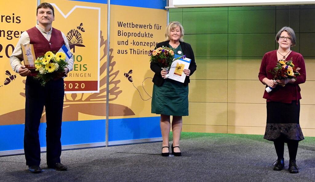 """Preisträger in der Kategorie """"Verarbeitetes Bioprodukt"""" (v.l.): Volkmar Voigt (Bioland-Hof Familie Voigt), Rita Weimann (Herzgut Landmolkerei eG) und Grit Tetzel (ObstNatur UG Weimar)."""