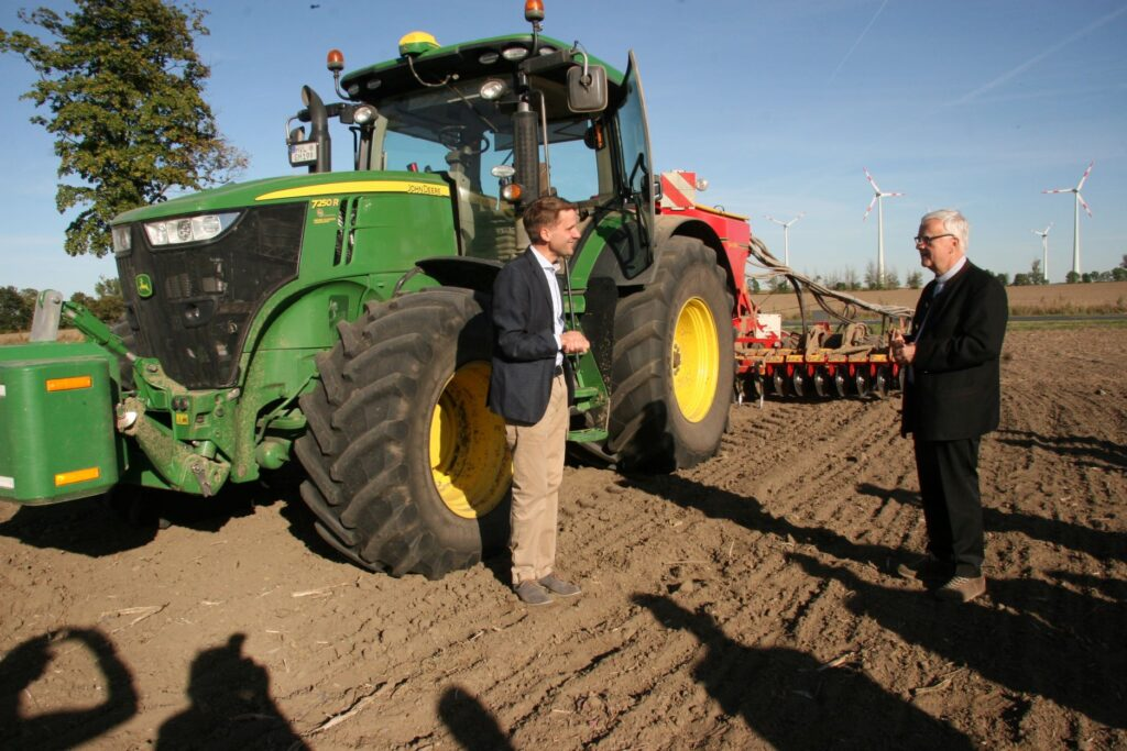 Ohne Technik geht es heute nicht mehr: Thomas Große Rüschkamp erklärt Heiner Koch den modernen Ackerbau.